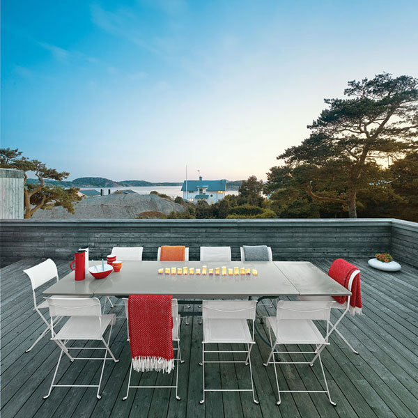 Classic Folding Outdoor Chair Creates Seating For 10