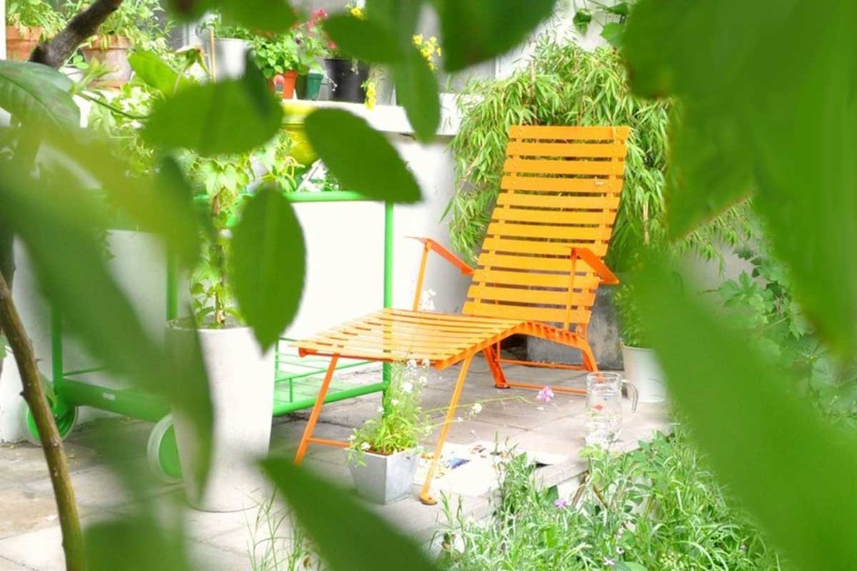 A classic chaise longue in a modern roof terrace setting for Chaise longue jardin aldi